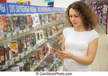 tienda, mujer, dvd, asideros, joven, manos