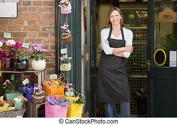 tienda, mujer, flor, sonriente, trabajando