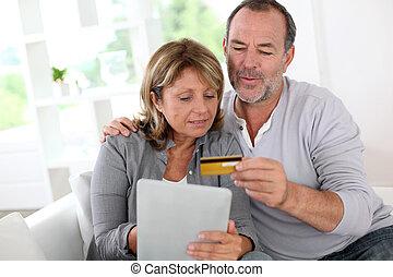tienda, pareja, credito, en línea, utilizar, 3º edad, tarjeta