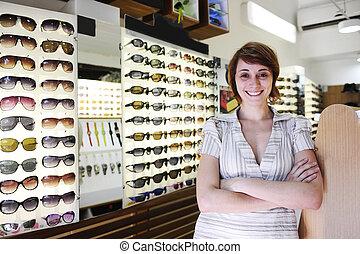 tienda, pequeño, dueño, orgulloso, business:, gafas de sol