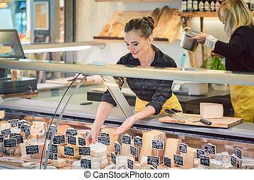 tienda, queso, mujer, oficinista, supermercado, clasificación, exhibición