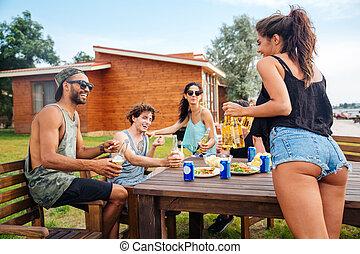 tiener, eten, hapjes, bier, groep, drinkt, vrienden