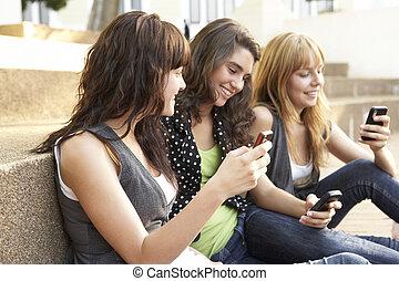 tiener, groep, zittende , scholieren, telefoon, buiten,...
