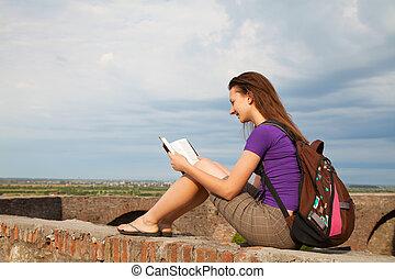 tiener meisje, lezende , bijbel