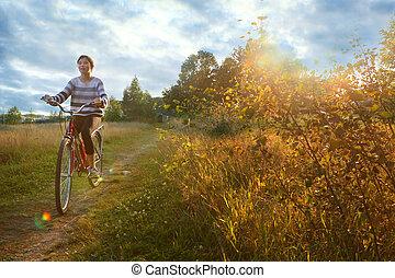 tiener, meisje, rijden, fiets, op, de, land, akker