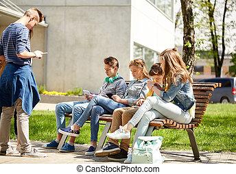 tiener, scholieren, met, tablet pc, op, school yard