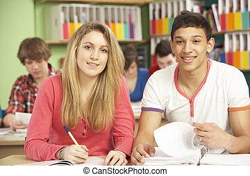 tiener, scholieren, studerend , in, klaslokaal