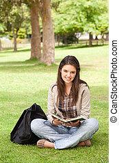 tiener, schoolboek, zittende