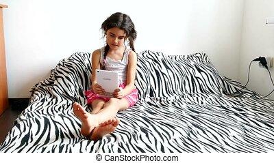 tiener, tablet, zittende , bed, meisje, spelend