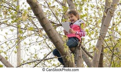tiener, tablet, zittende , boompje, meisje, spelend