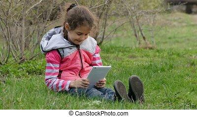 tiener, tablet, zittingsmeisje, gras, spelend