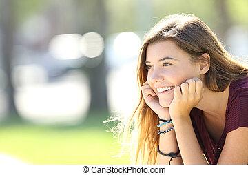 tiener, verticaal, glimlachen gelukkig