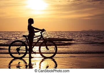 tiener, wandelende, strand, meisje, vrolijke