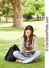 tiener, zittende , terwijl, lezende , een, schoolboek