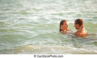 tiener, zomer, paar, zet op het strand vakantie