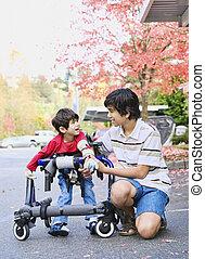 tienerjongen, broertje, wandelende, invalide, walker, uit