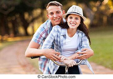 tienerpaar, rijdende fiets