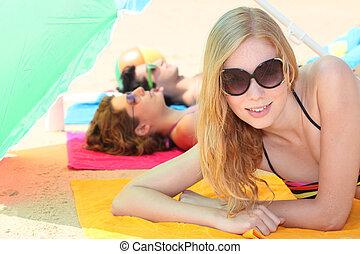 tieners, relaxen, op het strand
