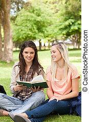 tieners, twee, schoolboek, zittende