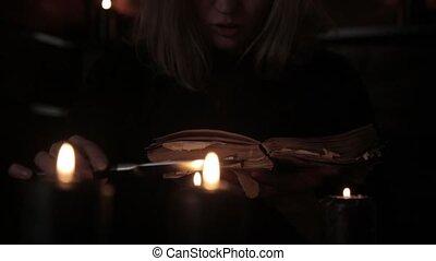 tient, magie, bougies, sortilège, lit, livre, sorcière, vieux, lecture, couteau, noir