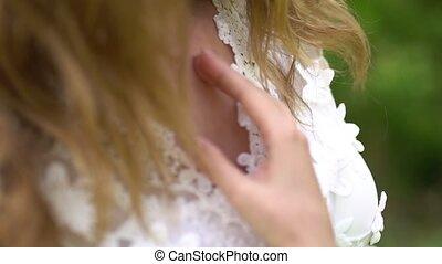tient, poitrine, main, dentelle, elle, mariée, gracefully, ...