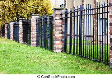 tijolo, e, cerca metal, em, urbano, comunidade