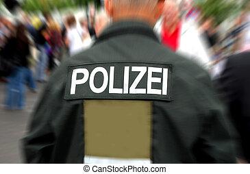 tilbage, i, en, tysk, betjenten, iagttag, en, flok, i, folk., motion slør, ind, baggrund.