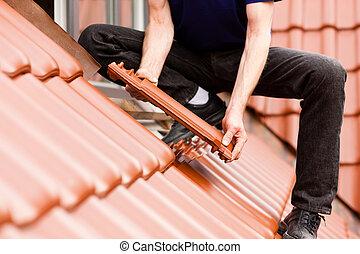 tiler, cubierta, techo, con, nuevo, azulejo