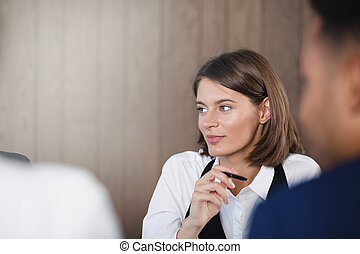 tillidsfuld, businesswoman, during, en, firma, meeting., begreb, i, held, og, teamwork