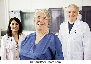 tillitsfull, klinik, kvinnlig, doktorn, le, sköta