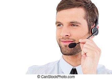tillitsfull, kundtjänst, representative., stilig, ung man, in, formalwear, och, hörlurar med mikrofon, se bort, och, le, medan, stående, isolerat, vita, bakgrund