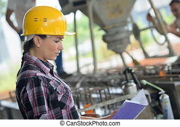 tillitsfull, kvinnlig, ingenjör, in, skeppning gård