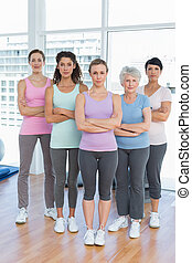 tillitsfull, kvinnor, med, beväpnar korsat, in, yoga...