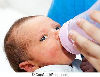 tillsluta, av, baby, drickande, hans, flaska