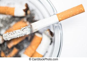 tillsluta, av, cigarrett i askfat
