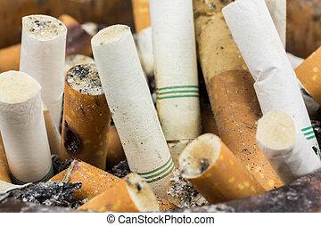 tillsluta, kolv, cigarretter, in, askkopp