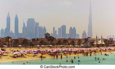 tilt-shift, timelapse, od, turysta, ludzie, cieszyć się, publiczność, plaża, na, miasto skyline, tło