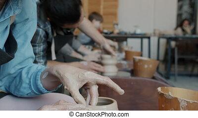 tilt-up, confection, poterie, throwing-wheel, gros plan, jeune, classe, femme, pot