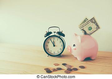 time är pengar, bord, klocka, med, mynter, vita, bakgrund