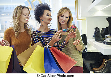 Time for shopping! Only for girls!
