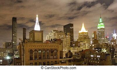 timelapse, 의, 중간 지구 맨해튼, 지평선, 와, 제국 상태, 에서, a, 높은, 유리한 점, 밤에