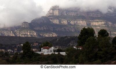 timelapse, van, de, beroemd, en, majestueus, montserrat, bergen, in, catalonië, dichtbij, barcelona, spanje, (amazing, clouds)