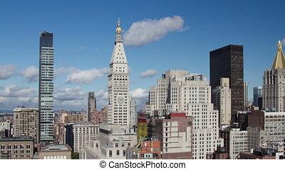 timelapse, van, midtown manhattan, skyline, met, de, imperiumstaat, van, een, hoog, uitkijkplaats, op, een, mooi, heldere dag