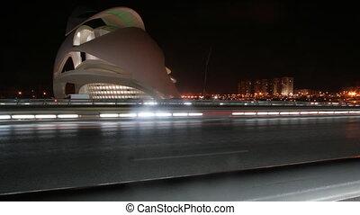 timelapse, van, verkeer, op, brug, straat, met, valencia's, futuristisch, wetenschap, centrum, in, de, achtergrond