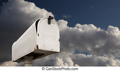 timen-afloop, wolken, brievenbus
