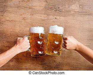 tintement, bière, hommes, deux, grandes tasses, projectile ...