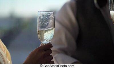 tintement, couple, champagne, jeune, lunettes