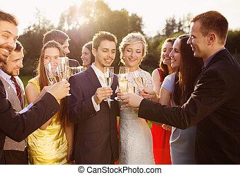 tintement, mariage, nouveaux mariés, lunettes, invités