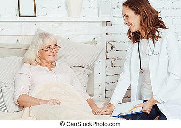 tipo, doutor mulher, visitando, idoso, profissional