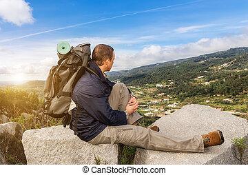 tipo, en, excursionismo, con, un, mochila, en, sunset., en las montañas, con, maravilloso, views.
